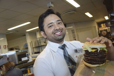 Øker burger-salget: Ahsan Riaz, sjef for driften ved Burger King i Krokstadelva og resten av staben på 28 ansatte fordoblet salget av burgere, wraps og baguetter.