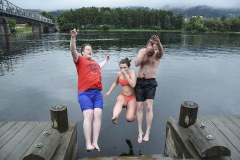 Hoppet i storelva:  Etter at det ble flertall for nei til kommunereform, tok Magnus Weggesrud, Kristin Gjerde og Gunnar Nicolai Halvorsen på seg badeutstyret og hoppet i elva. Baklengs.