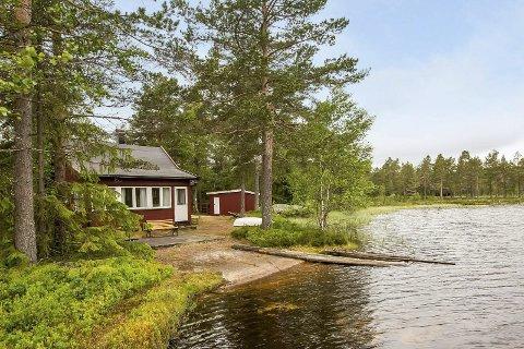 Idyllisk skogsperle: Skogshytta ligger flott til ved Nerdammen/Gravningen. De nye eierne har til og med  fått med en liten sandsstrand. alle Foto: BoBedre Megling