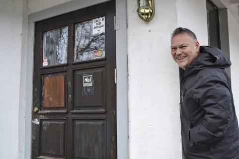 På hjørnet: En inngang til en pub med etter hvert et frynsete rykte skal bli starten på noe helt nytt i Mjøndalen. – Nå er det opp og fram med «Olsen på hjørnet» sier Morten Olsen.