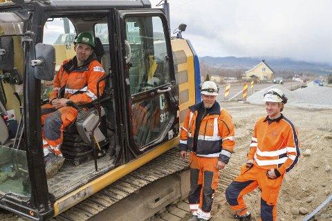 I RUTE: Øystein Haugholdt (t.v) fra Hjuksebø, Tom Rustand fra Sigdal og Hokksund-karen Trond Grensbråten er tre av Isachsen-karene som jobber med prosjektet langs riksvei 283. En snøfattig vinter gjør at arbeidene går som planlagt.