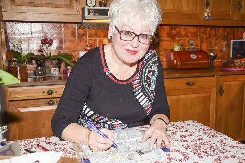 Kryssorddronningen: Solveig Elisabeth har sin faste plass ved kjøkkenbordet hvor hun løser kryssord, fører statistikk og dekorerer konvolutter.