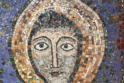 MOSAIKKUNST: Laget i Solbergelva på 50-tallet. Kristus-bildet har blitt en lokal «snakkis» i høst.