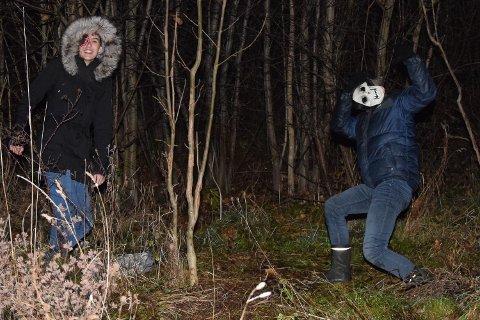 """UT AV MØRKET: Maskerte """"skremmere"""" hadde det svært så festlig med å skremme vettet av forbipasserende."""