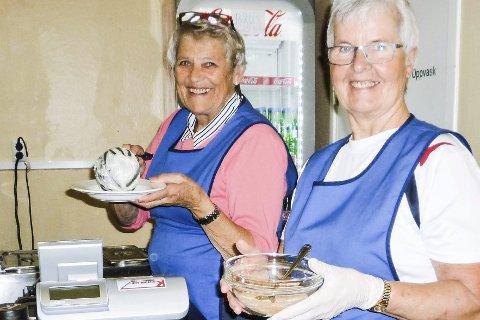 FRIVILLIG: Martha Kodahl og Grete Aasen serverer grøt hver lørdag.