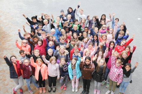 SANGFUGLER: Musikklærer Marit Sandhaug (helt bakerst) står for den årlige julekonserten med 5. klassingene ved Mjøndalen skole.