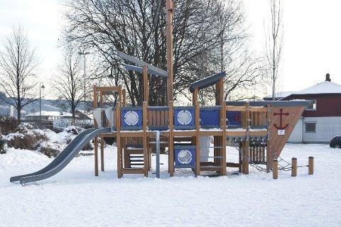 Vil BYGGE BYDELSKONTOR: Lekeplassen ved jernbanestasjonen blir fjernet - til fordel for et bydelskontor, som skal erstatte dagens servicekontor i rådhuset.