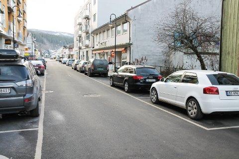 SMEKKFULLT: I Storgata er det alltid masse feilparkerte biler. Høibakk Konditori har lenge sagt fra om at kundene deres ikke finner noen parkeringsplass. Men nå kommer parkeringsvakter fra Drammen - for å orde opp.