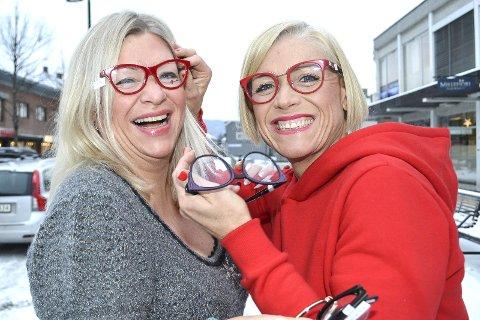 SHOWER i GATA: Marit Haugland (til v.) og Solgun Fredriksen er to humørfylte brilledamer. Hokksund Optiske har investert 700.000 kroner i å oppgradere og utvide forretningslokalene, som ligger midt i Stasjonsgata.