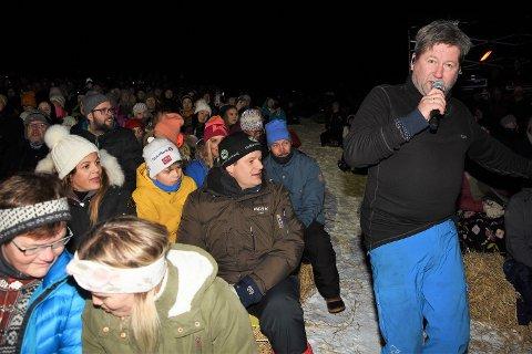PUBLIKUMSFRIER: Bjarne Brødbo hadde drag på folk i alle aldre i Portåsen. Her er han ute og sjarmerer publikum med sangen sin i skåningen opp for scenen.