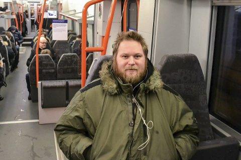 INNRETTER SEG: Shino Wilberg koser seg på den 50 minutter langre togturren inn til Oslo. Han roser NSB for varmebua som sentralt plassert på Steinberg stasjon.Foto: Tore Shetelig