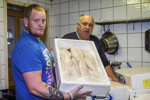 Vestfossen 08022017. Onkel Thor-kokk Anders Haugen (t.v) og innehaver Jan Kristensen med skrei før skreiuka på Vestfossen-restauranten. Foto: Anders Kongsrud.
