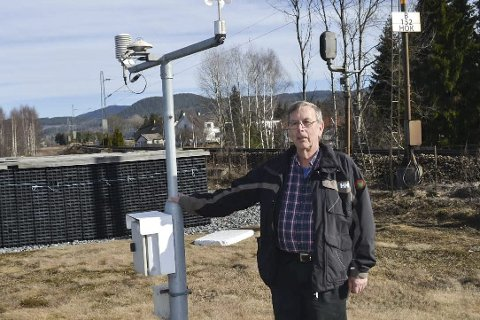 HER SKJEDDE  DET: Driftssjef ved planteskolen, Egon Nilsen, ved måleren som gjorde Hokksund til landets varmeste sted søndag.