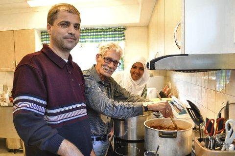 KJØKKENTJENESTE: Mannskoret i Hokksund har kjøkkentjeneste på omgang hos Frelsesarmeen. Her er kokk og førstebassanger Jan-Erik Ree i sving. Flyktningene Tamar Abdullah (til v.) og Asha Sota gleder seg til at maten blir ferdig.