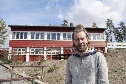 Historie: Yngre krefter tar over, mens fargen består. Kristian Orhagen (23) er vertskap på Sundhaugen. I år skal funkisbygget bli markert med 80-års jubileum. Foto: Kari Sanden