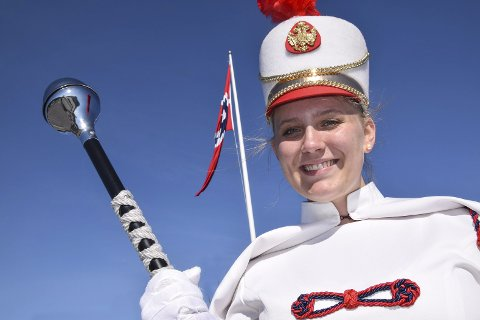 Ny tamburmajor: Mia maudal har fått rollen som tamburmajor. I morgen debutereren hun i front for korpset for 17.mai-toget i Krokstadelva og Solbergelva.