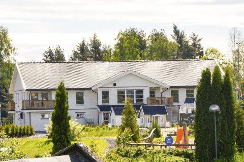 Nyhet: Her ser du bygget til sju millioner, med 22 sanitærrom og seks leiligheter, som nå tas i bruk ved Hokksund Camping.