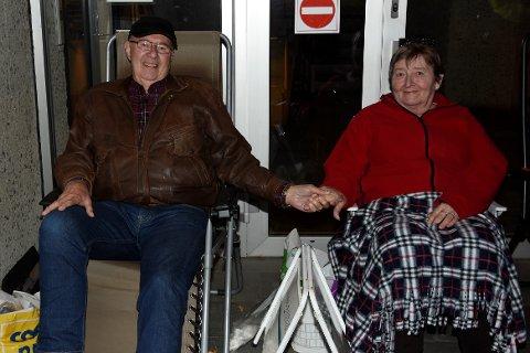 TÅLMODIGE: Nattevåkere - for å holde på førsteplassen i køen utenfor eiendomsmegleren i Hokksund. Ekteparet Eivind og Anne-Grethe Neverdal fra Mjøndalen.