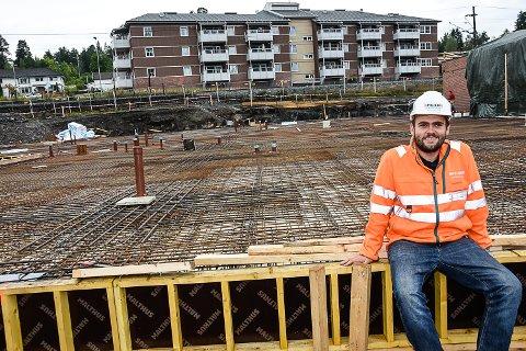 MYE SKJER PÅ EN GANG: Anleggsleder Ole Gøran Hansen styrer logistikken når elleve svære betongbiler dundrer inn på byggetomta ved Vikersund Nærsenter torsdag.
