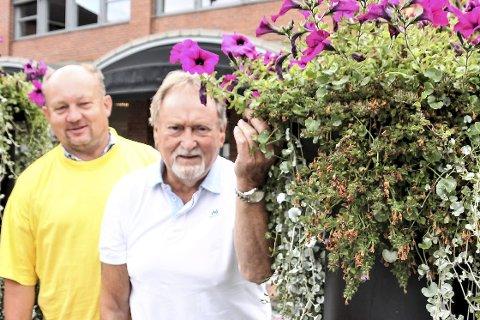 Trenger hjelp:  Tore Hoen til venstre og Annar Botegård i Blomsterparlamentet i Hokksund ber om mer pengestøtte fra byens innbyggere og forretninger for å dekke årets blomsterregning.