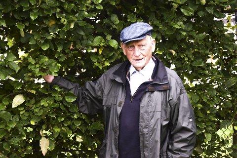 Epletrehekk: Johan Buttedahl tilbringer mye tid i hagen, og har blant annet tomater, plommer og en hekk med epletrær.
