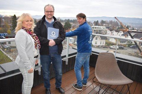 Daglig leder Jorund Rønning Indrelid, megler Petter Hobbelstad og prosjektleder Øivind Kvinge i november i fjor.