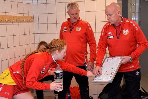 """SLIK SKAL DET GJØRES: Marte Lillejord  var offensiv overfor trenerne i garderoben da Bygdeposten fikk være """"flue på veggen"""" i hele pausen. Trenerne Espen Sønju (i midten) og Gjermund Hulbak tok godt imot hennes budskap."""