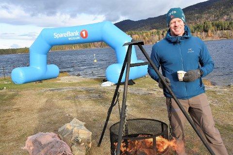 FROSSEN VINNER: Ronny Skaalien hakket tenner etter målgang. Her varmer han seg litt på bålpanna som var satt opp på Delinga i Geithus.