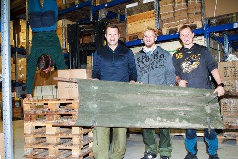 Oscar Olsen (som står «på hue») og Henrik Solberg samt Magne Schinnes og Benjamin Schinnes utgjør endel av staben i suksessbedriften Alfa Nordic i Skotselv. Foto: Anders Kongsrud.