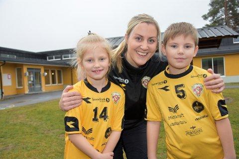 GLAD I TRENEREN SIN: Dina Holch Bie (7) og Mads Heiser Bakken (7) setter stor pris på Hege Flågan Strand.
