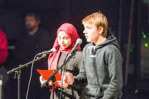 Zhara Haidat (t.v) og William Lo Presti var konfransier da 9 trinn på Hokksund ungdomsskole hadde kulturkveld der inntektene går til Toleransereisen elevene skal på høsten 2019.