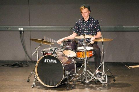 Magnus Endrestøl fra klasse 9 c slo på trommer da 9 trinn på Hokksund ungdomsskole hadde kulturkveld der inntektene går til Toleransereisen elevene skal på høsten 2019.