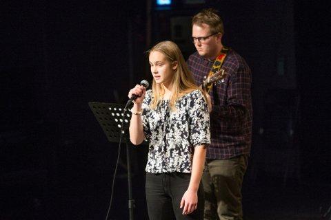 Thea Risan Kristiansen fra klasse 9b sang «Masken» akkompagnert av Magnus Weggesrud da 9 trinn på Hokksund ungdomsskole hadde kulturkveld der inntektene går til Toleransereisen elevene skal på høsten 2019.