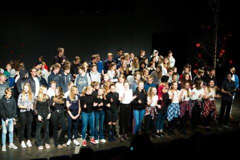9.- trinn på Hokksund ungdomsskole hadde kulturkveld der inntektene går til Toleransereisen elevene skal på høsten 2019.