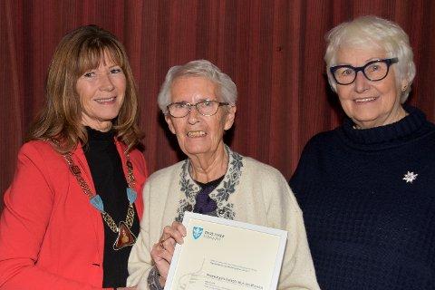 BLE SATT PRIS PÅ: Bjørg Woldstad (i midten) fikk godord fra ordfører Ann Sire Fjerdingstad (t.v.) og Liv Nedberg Fredriksen, leder av rådet for mennesker med nedsatt funksjonsevne.