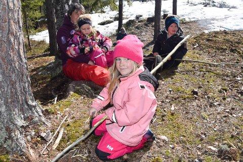 SPIKKER: Celine Kåseth, Ulrik Warhuus og Angelica Eriksen Risnes på fanget til Carita Nordseth.