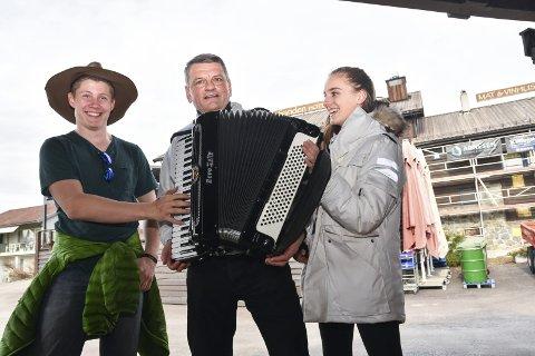 FRONTER: Per Arne Dramdal (f.v.) og Caroline Hahn er med på å fronte nyskapningen «Stemmen fra Sanden» sammen med Trygve Ingebretsen i Hokksund mannskor.