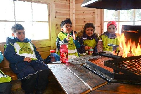 KOS I GRILLHYTTA: Barna i Solbergmoen barnehage er ofte på tur til sin egen grillhytte de har på Åletjern.