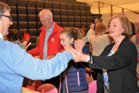 """SAMHOLD: """"Ta hverandre i handa og hold!"""" heter sangen som er blitt obligatorisk på Ap-møter. Fra v.: Tor Østby, leder i Modum Ap, ordfører Ståle Versland, Nora Østby og Lise Christoffersen."""