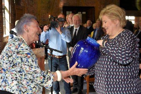 FIKK VASE I FAVORITTFARGEN: – Blått er for meg en vakker farge, sa Erna Solberg i sin tale. Noen minutter etterpå sto hun med en gedigen koboltblå vase i hånden, som gave fra Tone Sinding Steinsvik.