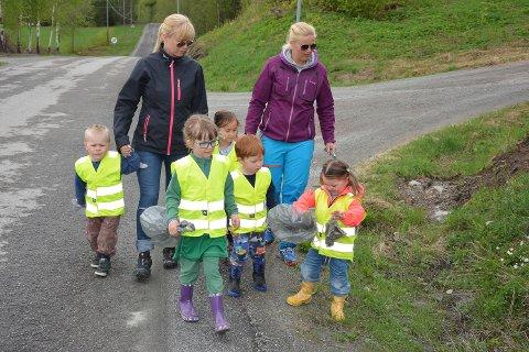 PATRULJERER: Grøftekantene og resten av området rundt Bingen barnehage holdes fri for søppel av de minste i bygda.
