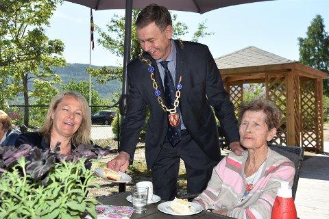 PÅ TILBUDSSIDEN: Ordfører Bent Inge Bye vartet opp med kake til både statsråd Åse Michaelsen og beboer Eva Amundsen.