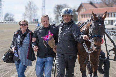 SOLVALLA: Mette Teigen (t.v), Per Engebretsen og trener Kjetil Helgestad ser fram til at Always in Time stiller til start på Solvalla søndag.