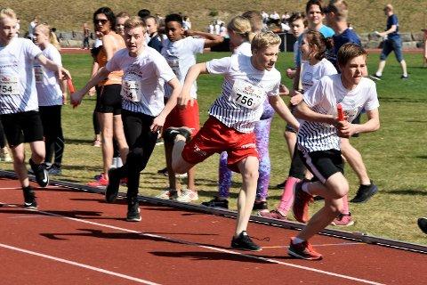 FULL FART: Her veksler Emil Aabye med Andreas Berget. De løp på Nordre Modum Ungdomskoles lag i første heat i stafetten  for niendeklassingene. Laget vant sitt heat, men Krøderen skole var raskere i det neste og er klare for fylkesfinalen.