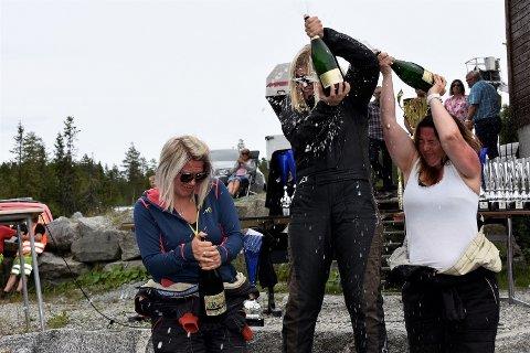 CHAMPAGNESPRUT: Veronika Einang (t.v.)  på seierspallen sammen med vinneren Liz Wessel og Monika Haug, begge fra NMK Drammen.