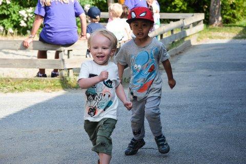 Første mann: Ulrik Jansson (3 år) ligger i tet foran Matheo Kien Hoang Vo (3 år).