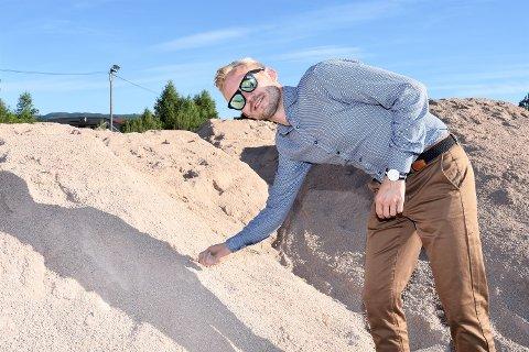 SANDDYNER: – Jeg er skikkelig stolt over hva vi har fått til sammen med idretten, sier Adrian Tollefsen. Her er Høyre-mannen ute ved de første sandlassene som er kjørt til for å lage ny kunstgressbane på Loesmoen.