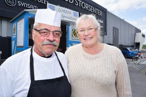 NYTT TILBUD: Zorbas - greske spesialiteter åpner ved Buskerud Storsenter onsdag. Annebjørg Solem er daglig leder mens mannen Stelios Skoulakis bereder maten.