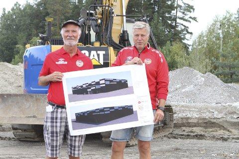 FOTBALLHALL: Kjell Bruknapp (t.v.) og Håvard Lind presenterer planene for fotballhallen som bygges på Loesmoen og som skal tas i bruk før nyttår.