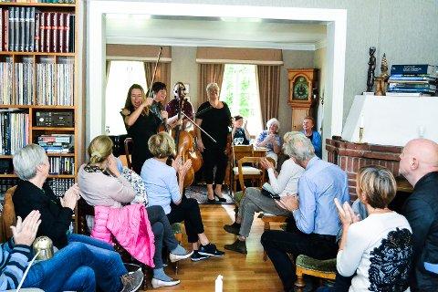 TETT PÅ. Alle krakker og stoler ble tatt i bruk da Mette og Nils Petter Hobbelstad inviterte til huskonsert under Vertavo-festivalen i helgen.